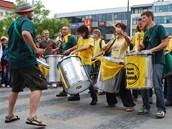 Bubeníci v průvodu zahajujícím Festival v ulicích v Ostravě.