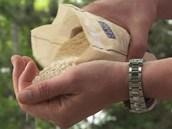 Na každého strávníka počítejte s hrstí rýže, kterou přidejte na zpěněnou
