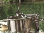 Přidejte zeleninový vývar, na každou hrst rýže jednu naběračku.