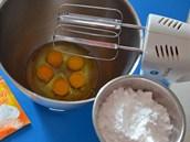 Celá vejce důkladně vyšlehejte s odváženým moučkovým vanilkovým cukrem do...