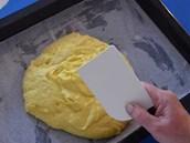 Vymíchané husté těsto vylijte na plech s listem papíru na pečení a rovnoměrně...