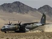 P�ist�n� �esk�ho arm�dn�ho letounu CASA na nezpevn�n�m povrchu leti�t� v