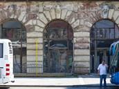 Venkovn� fas�da historick�ch budov n�dra�� je ve velmi �patn�m stavu.
