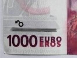 Prodava�i byla bankovka podez�el�, tak s n� za�el do Komer�n� banky. Tam mu