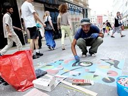 Ital Armando Constantino vyměnil práci režiséra za dráhu pouličního umělce.