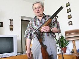 Miroslav Matěják coby myslivec zachránil ze zaplaveného domku loveckou pušku.