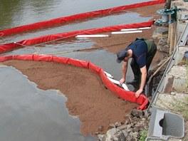 Norná stěna olejovou skvrnu nedaleko česko-polských hranic zastavila. (18.