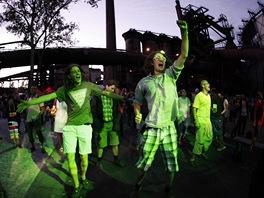 Lidé tancují u jedné ze scén v dolní oblasti Vítkovic - Colours of Ostrava