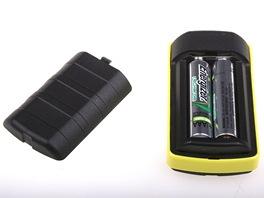 DAB rádio Lingo iJoy napájí dvě mikrotužkové baterie (AAA). Vydrží na ně hrát