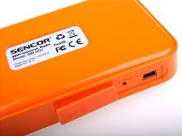 Sencor SIR007 - USB sdířka pro napájecí kabel se schovává pod gumovou krytkou.
