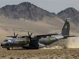 Přistání českého armádního letounu CASA na nezpevněném povrchu letiště v
