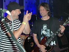 Fotbalista Tomáš Rosický (v černém) byl hostem kapely Tři sestry. Na kytaru