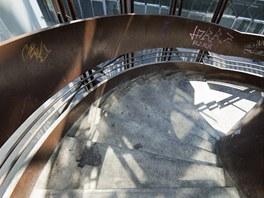 Po t�chto schodech lze sej�t z parkovi�t� nad n�dra��m dol� a pak vstoupit do