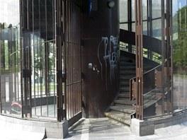 Ve�er si na tyto schody troufne jen m�lokdo, na�t�st� uvnit� budovy n�dra��