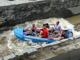 Vodáci na Vltavě v Českém Krumlově mohou od pondělí používat k sjíždění jezu