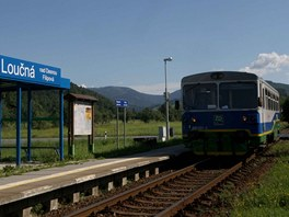 Sou�asn� pohled na tra� �eleznice Desn� v zast�vce Lou�n� nad Desnou - Filipov�.