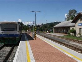 Sou�asn� pohled na stanici �eleznice Desn� ve Velk�ch Losin�ch.