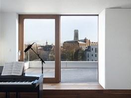 Pohled na terasu a okolí z hudebního a hostinského pokoje