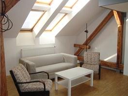 V podkrovn�m byt� je celkem 14 st�e�n�ch oken.