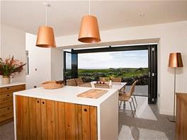 V obytné kuchyni hraje prim masivní dřevo a měděná barva.