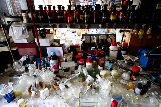 Ve staré laboratoři profesora Holého se vyznají opravdu jen odborníci.