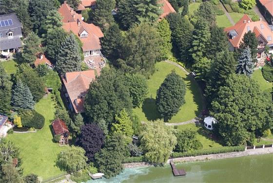Dům Karla Svobody v Jevanech, ze zahrady lze vyjít rovnou na molo nad rybníkem.