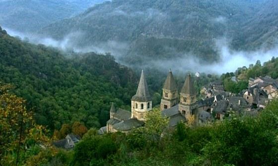 Opatstv� a kostel jsou postaven� na m�st� b�val� poustevny uprost�ed divok�