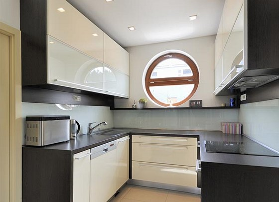 Kuchy�skou linku navrhli architekti z lakovan�ch MDF desek � sv�tl� lak v