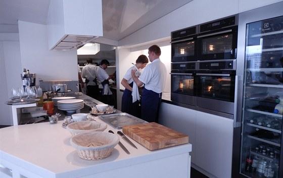Uspořádání kuchyně umožňuje i na malém prostoru zvládnout oběd či večeři pro 18