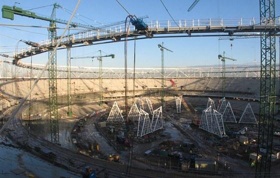 Světelné rampy, zatím stojící v kotli stadionu, mají dohromady téměř 500 tun.