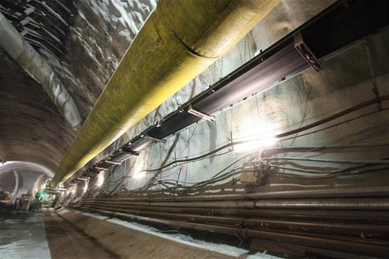 Inženýrské sítě ve stanici Červený Vrch jsou zavěšeny na dočasném ostění stanice. Tvoří je zejména zásobování štítu Adéla vzduchem (žlutý vak - lutna) či elektrickou energií. Pásový dopravník slouží k transportu rubaniny na deponii.