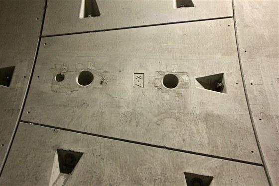 Metr a půl široký díl tunelu tvoří šest tubinků a jeden klenák (uzavírá klenbu). Vše je pro jistotu mezi sebou spojeno téměř půlmetrovými šrouby. Hmotnost klenáku je kolem jedné tuny. Velké segmenty váží kolem tří tun. Všechny díly mají jednotnou tloušťku 250 mm a otvory pro šroubové spoje se sousedními díly.