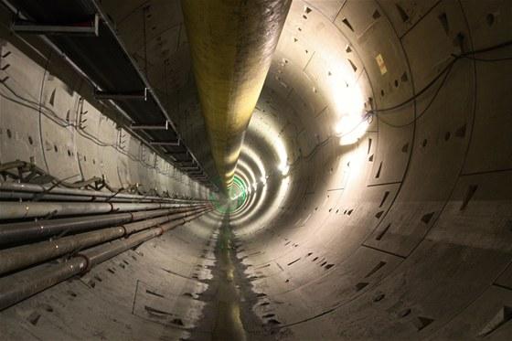 Hrubá stavba tunelu postavená metodou TBM. Má kruhový průřez složený ze šesti železobetonových segmentů tloušťky 250 mm a šířky 1,5 m s izolací sevřenou ve spárách, takže průsak vody je minimální.