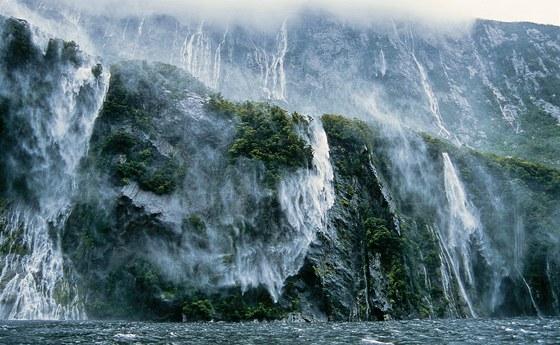 Při vyhlídkové plavbě v novozélandském fjordu Milford Sound se strhla bouře