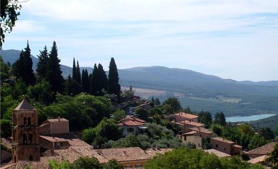 Moustiers-Sainte-Marie. Tak vypadá typické městečko v Provence.