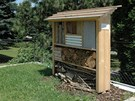 Před vchodem do expozice je úl pro včelky samotářky.