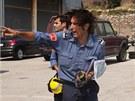 Hasiči řídí práci při hašení lesních pořárů poblíž města La Jonquera (22.