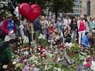 Lidé nosí květiny před katedrálu v Oslu, aby uctili památku obětí útoku Anderse