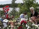 Vzpomínkové místo vzniklo také na ostrově naproti Utoyi, kde Anders Breivik