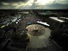 Tisíce lidí v ned�li uctily v pietní vzpomínce dvanáct ob�tí páte�ní st�elby na...