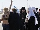 Na patriarchu rusk� pravoslavn� c�rkve Kirilla se na leti�ti v Kyjeve vrhla...