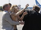 Na patriarchu ruské pravoslavné církve Kirilla se na letišti v Kyjeve vrhla...