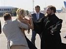 Na patriarchu rusk� pravoslavn� c�rkve Kirilla se na leti�ti v Kyjeve vrhla