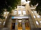 Budova Ústavu organické chemie a biochemie je v pražských Dejvicích.