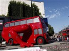 �erven� autobus v�tvarn�ka Davida �ern�ho p�ed �esk�m domem v Lond�n� (22.