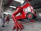 Posledn� kontrola funk�nosti hydraulick�ch rukou a autobus Davida �ern�ho m�e