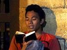 Mladý muslim p�ed�ítá ver�e v koránu po ve�erní modlitb� v me�it� al-Azhar v...