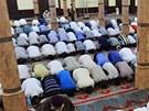 B�hem ramadánu se v��ící z�íkají jídla, pití, kou�ení a sexu p�ed západem...