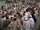 Muslimové �ekají na soumrak v pakistánském Rawalpindi. Hned poté m�ou p�eru�it...