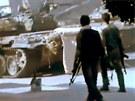 Voj�ci Syrsk� osvobozeneck� arm�dy proch�zej� kolem vyho�el�ho vraku vl�dn�ho